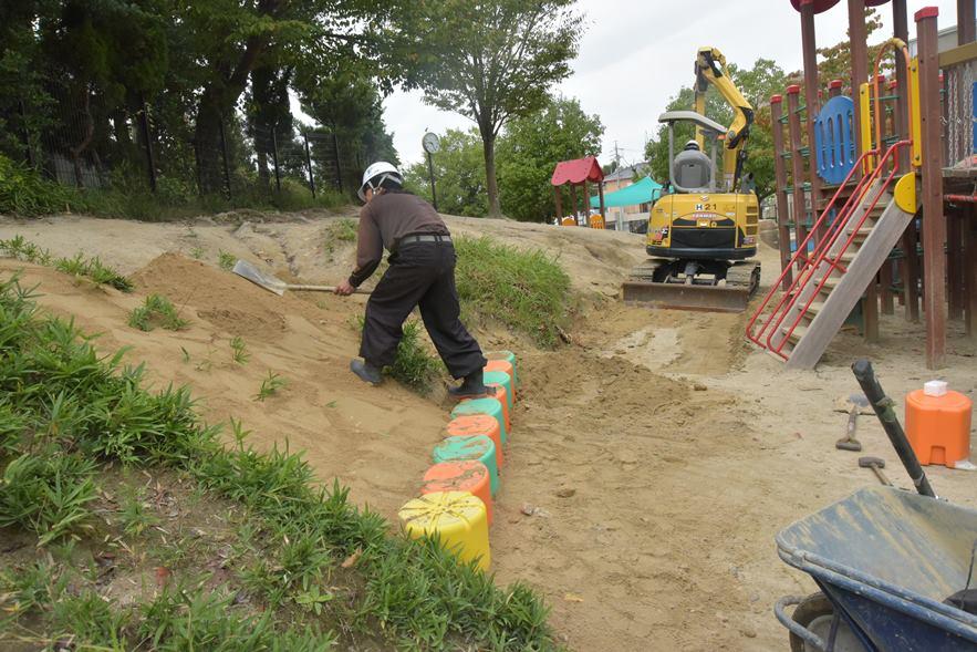 園庭の斜面補修工事を行いました。:画像1
