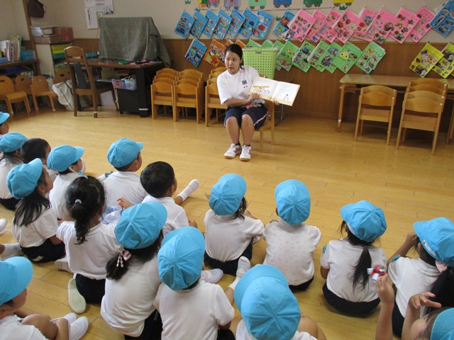 高校生が子ども達に絵本を読んでくれたりピアノを弾いてくれたりしました:画像1