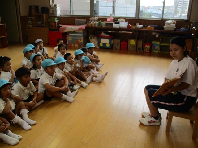 高校生が子ども達に絵本を読んでくれたりピアノを弾いてくれたりしました:画像2