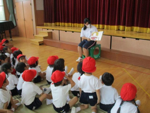 高校生が子ども達に絵本を読んでくれたりピアノを弾いてくれたりしました:画像3