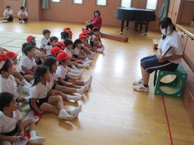 高校生が子ども達に絵本を読んでくれたりピアノを弾いてくれたりしました:画像4