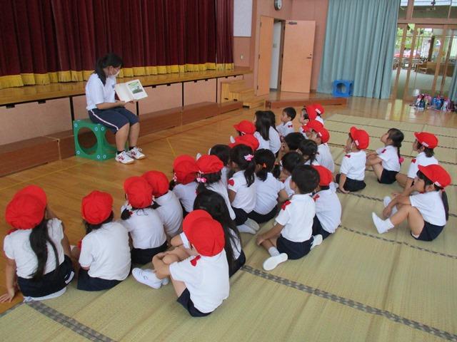 高校生が子ども達に絵本を読んでくれたりピアノを弾いてくれたりしました:画像5