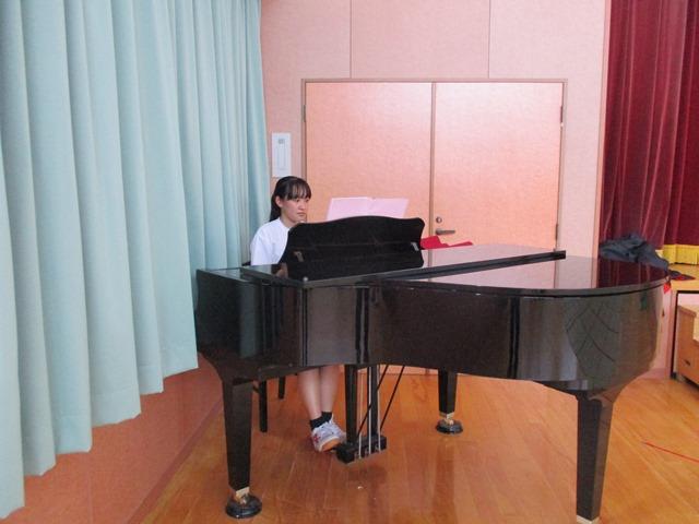 高校生が子ども達に絵本を読んでくれたりピアノを弾いてくれたりしました:画像6