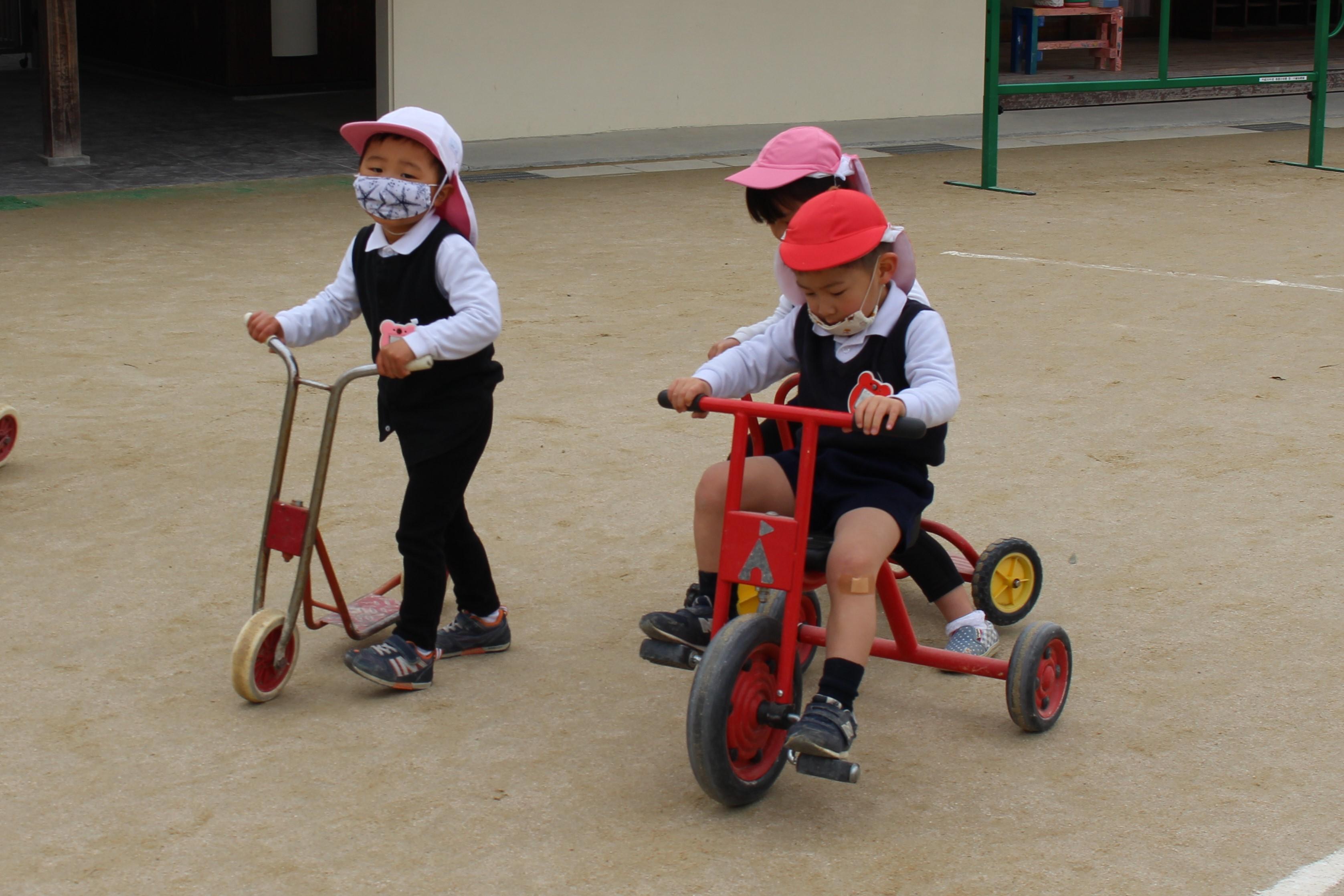 ◇年少◇三輪車、スクーターで遊んだよ!:画像1