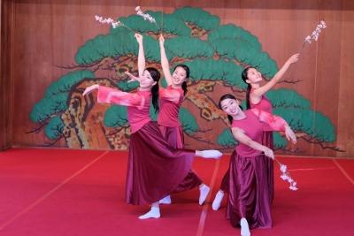 ダンス部が岡崎城内にある能楽堂で踊りました