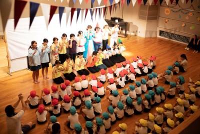 児童文化研究部「はとぽっぽ」が付属幼稚園児を招いて発表会を行いました