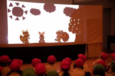 児童文化研究部「はとぽっぽ」が付属幼稚園児を招いて発表会を行いました:画像2