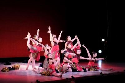 ダンス部が定期公演を開催しました。