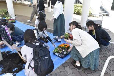 学生生活向上委員の皆さんが花の植え替えをしました。:画像3