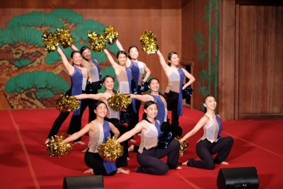 ダンス部が岡崎城内にある能楽堂で踊りました。
