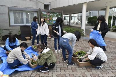 学生生活向上委員の皆さんが花を植えました。
