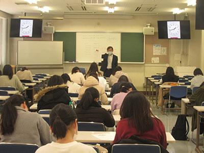 学校教育コースの新4年生と新3年生が教員採用試験対策「全国公開模擬試験」を受験しました。